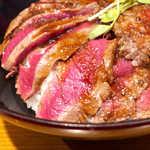 the 肉丼の店 - 甘辛いステーキソースは白飯に合う。黒胡椒の香りがアクセント