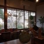 フナトト - 奥のお庭が見えるカフェスペース。