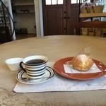エピドルージュ - ケーキショウケース前の丸いテーブル席に着き、コーヒーとシュークリームをいただきます(2016.1.11)