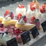 エピドルージュ - ケーキのショウケース、いただいたベリータルト付近(2016.1.11)