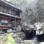 日吉山荘 - 滝の流れを眺めつつ…