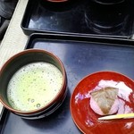 日吉山荘 - お抹茶は桜餅とセットでした500円ちょい?