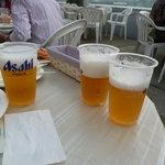 福岡空港ビアテラス - 何度もビールを取りに行くのが大変なので、3杯ぐらい持ってきます。
