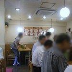 黒田屋の博多ちゃんぽん - L字型のカウンター席の周りにテーブル席が配置されています