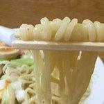 黒田屋の博多ちゃんぽん - グニグニ抵抗しながら上がってくる生麺は、噛むとモッチモチの食感で美味しいです