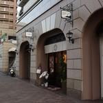 かねい フルーツ餅 松竹堂 - お店の外観(奥にガットソリアーノ)