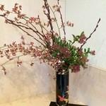 新割烹 丹色 - 入り口に飾られた生け花