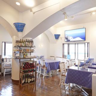 スタイリッシュな空間でギリシャ料理をどうぞ!