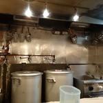 七福家 - 「七福家 早稲田店」スープを見た限りでは寸胴鍋で炊かれていたようです。
