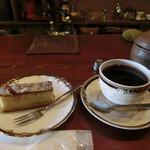 46393966 - ブレンド珈琲とリンゴのケーキ