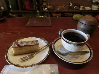 珈琲もくれん - ブレンド珈琲とリンゴのケーキ