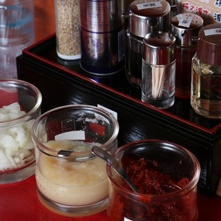 自分のお好みで卓上の調味料で味を自在に調整できます。