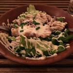 ビオ オジヤンカフェ - トッピングで頼んだ温玉(+100円)を乗せた豚の生姜焼きサラダ