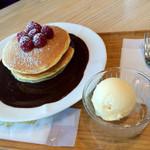 アミーチデルテ - ラズベリーとホットチョコレートパンケーキ