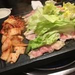 46406855 - お肉は斜めの鉄板で焼きます。