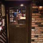 萬屋宗兵衛 - 長い真鍮の取っ手の、重厚なドアを押して入ります