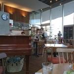 cafe nocturne - 店内にはピアノが置いてあり静かな感じ