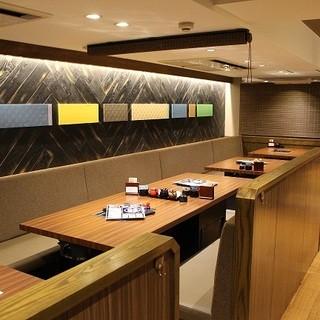 空間デザイナー設計の優雅で清潔感を大切にした店内。