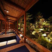 八千代 - ライトアップされた青龍庭園を床席から。※夜席、庭園床席は京料理コース7,245円からのご案内となります。