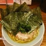 濱之家 - 料理写真:ラーメン700円。麺硬め。海苔増し100円。