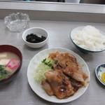 とみ兵 - 注文した生姜焼き定食650円が出来あがってカウンターに運ばれてきました。
