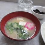 とみ兵 - 味噌汁は豆腐とワカメのあわせ味噌汁、色鮮やかなお麩が乗ってたのはお正月だったからでしょうか?