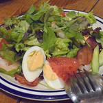 アドハビット - 小エビとベーコン、卵のカプリチョーザサラダ トリュフ風味