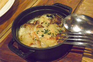 アドハビット - STAUB料理 大山鶏の燻製とキノコのクリーム煮込み