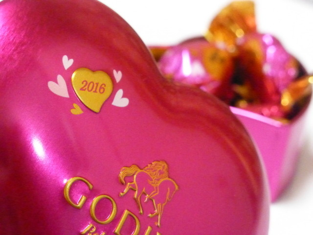 GODIVA Chocolatier 阪急梅田本店 - 2016年1月 可愛いハートの缶の中にチョコが入っています!