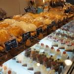 エピ・ド・ルージュ - パン・ケーキの並ぶガラスケース