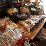 エピ・ド・ルージュ - お手頃な焼き菓子セットが並ぶコーナー