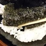 横浜家系ラーメン 本町商店 - スープに浸した海苔をご飯に巻くのは家系ラーメンの醍醐味ですね