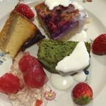 ラブレー - チーズケーキ、ベリーのクラフティ、トマトのジュレ、抹茶のパウンドケーキ