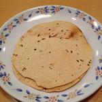 アイエヌ キッチン - お通しのパパド(インドの豆から作ったスパイシーなスナック)