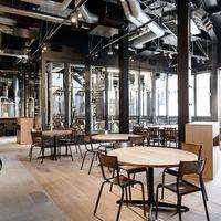 【1階】透明な発酵タンクを眺めながらお食事ができるテーブル席
