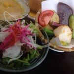 ドッキリカレー かん太くん - 付け合せ野菜と、野菜サラダと、ピクルス、
