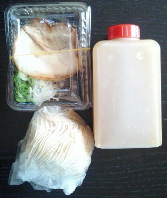 どやぺぺらぁ麺 - 魚介とんこつの持帰り(スープ、生麺、チャーシュー2枚、ネギ)ラーメン代+50円
