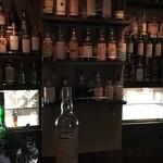 ブルーラベル - ドリンク写真:とくかく沢山の種類のお酒が揃っています。