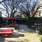 縮景園売店・泉水亭 - 席は庭にあります