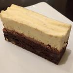 リンツ ショコラ カフェ - モントルー(胡桃入りブラウニーを土台に、キャラメル風味のガナッシュ、バニラビーンズ入りマスカルポーネクリーム)