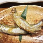 たぐせん - 北海道産のししゃものオスとメスが味わえます。       「シシャモって、スーパーに売ってあるアレですよねー。」と最初は思いましたが、       実際頂いてみると、ふっくらして上質な干し魚です。