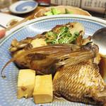 たぐせん - あらだきを頼んだら、とってもボリューミーなものが出てきました。 プリップリに身が付いた鯛のオカシラです。