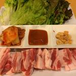 カネショウ - サムギョプサル レタスに肉、キムチ、にんにくチップを巻いて。