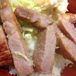 赤兵衛 - 西京味噌焼き豚丼の豚肉アップ