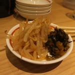 ラーメン龍の家 - 食べ放題の辛もやしと高菜漬