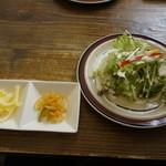 うるしカレー - サラダ、アチャールとチーズ