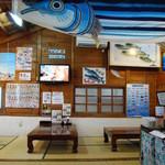 さしみ亭 - 鰹のぼりが泳ぐ店内