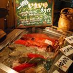 一郎屋  - お店に入るとお魚さんがお出迎え♪♪