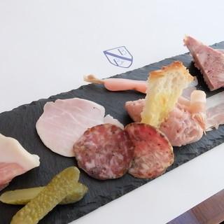 アルザス地方の伝統的家庭料理をベースに豚の色々な部位を堪能!