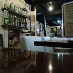 46502340 - カウンター、テーブル席の構成。店内は意外や広い